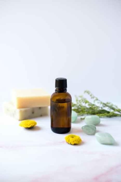 oléo essencial com flores e sabonetes
